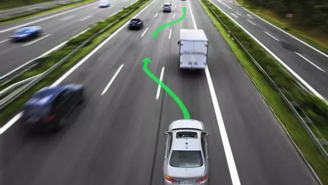 --我才不会告诉你我就是分割线的-- 变更车道操作方法 1、观察与判断车辆后方、侧方和准备变更的车道上的交通流情况; 2、确认安全后,打开转向指示灯示意,并再次通过后视镜观察两侧道路上有无车辆超越,确认准备驶入的车道是否允许留有安全距离; 3、在不妨碍该车道内车辆正常行驶的情况下,平稳转向、驶往所需车道后,关闭转向指示灯; 4、每次只能变更到相邻的车道。若需变更到相邻以外的车道,应先变更到相邻的车道,行驶一段后,再变更到另一条车道。在车道分界线为实、虚线的路段,实线一侧的车辆严禁变更车道; 5、在交叉路口